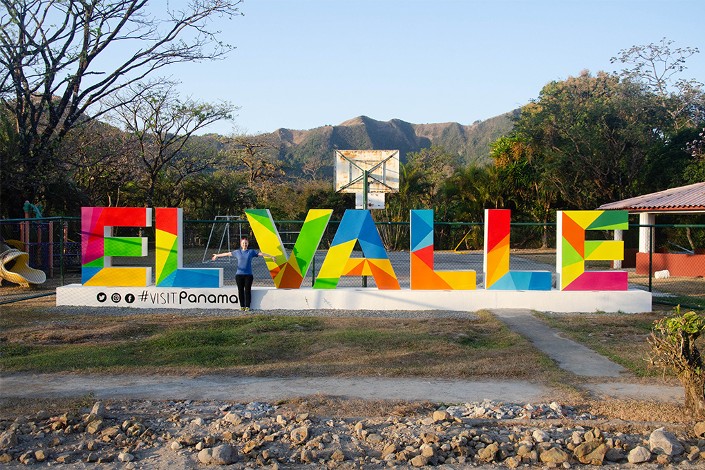 El Valle Sign in Panama with Zoo staff